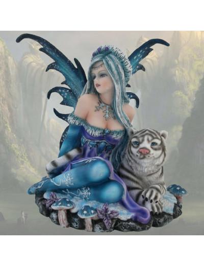 Fée assise avec un tigre blanc